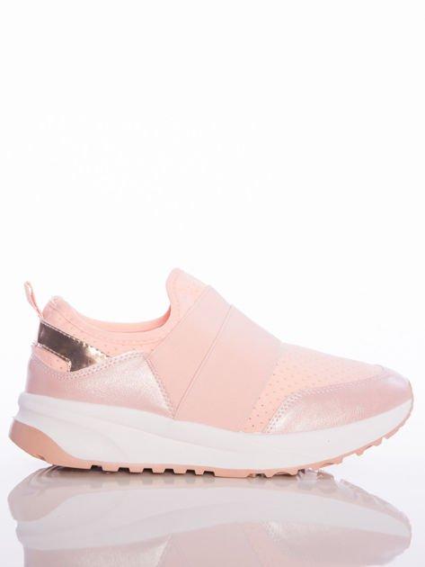 Różowe wsuwane buty sportowe Rue Paris z ażurową cholewką i opalizującymi wstawkami                                  zdj.                                  1