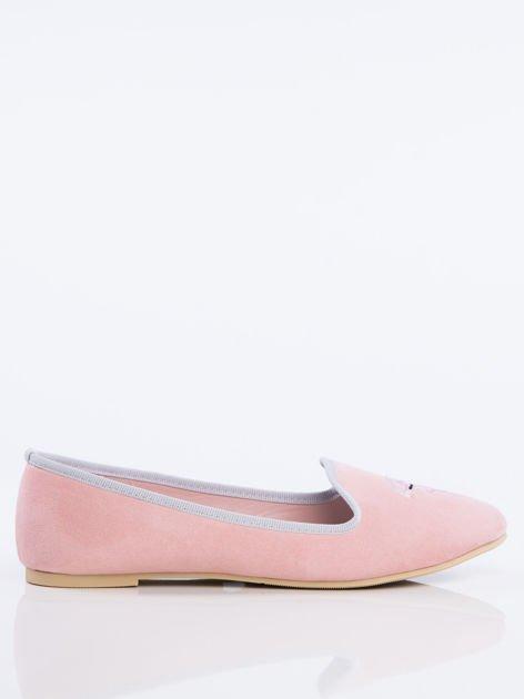 Różowe zamszowe lordsy z ozdobnym haftem w kształcie flaminga z przodu buta                              zdj.                              2