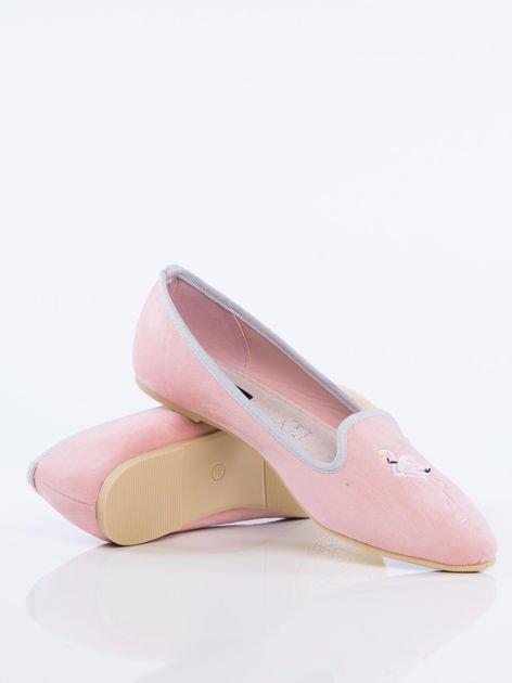 Różowe zamszowe lordsy z ozdobnym haftem w kształcie flaminga z przodu buta                              zdj.                              4