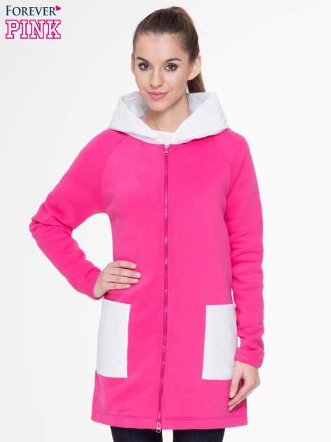 Różowobiały dresowy płaszcz z kapturem i pikowanymi kieszeniami