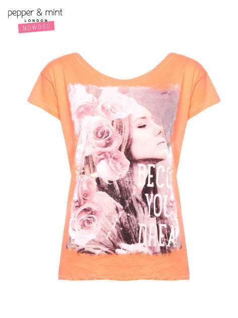 Różowopomarańczowy t-shirt z nadrukiem dziewczyny                                  zdj.                                  1
