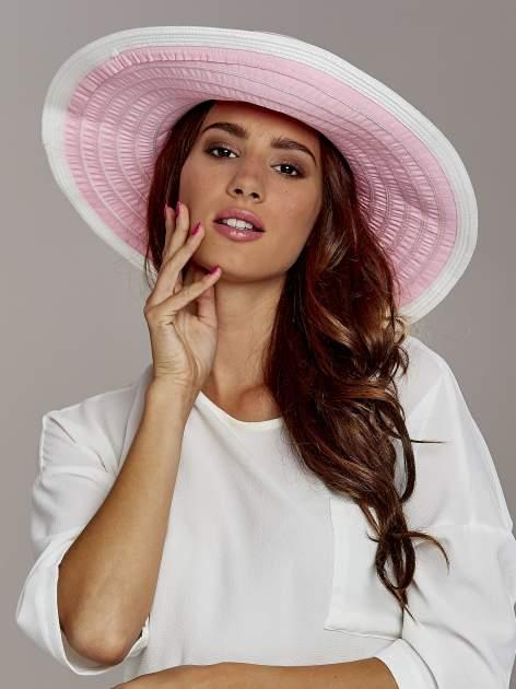 Różowy kapelusz słomiany z dużym rondem i drobnymi paskami                                  zdj.                                  1