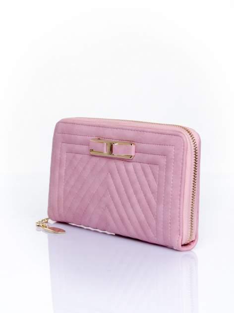 Różowy pikowany portfel z ozdobną klamerką                                  zdj.                                  3