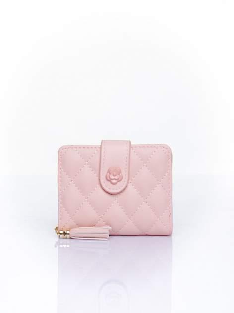 Różowy pikowany portfel z ozdobnym zapięciem