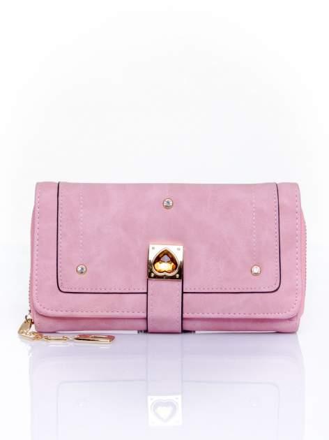 Różowy portfel z dżetami i ozdobnym zapięciem