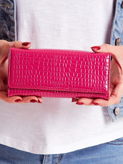 Różowy portfel z tłoczonym motywem skóry krokodyla