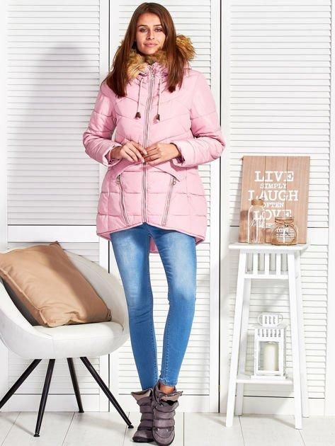 Różowy puchowy krótki płaszcz z pikowzaniem                              zdj.                              4