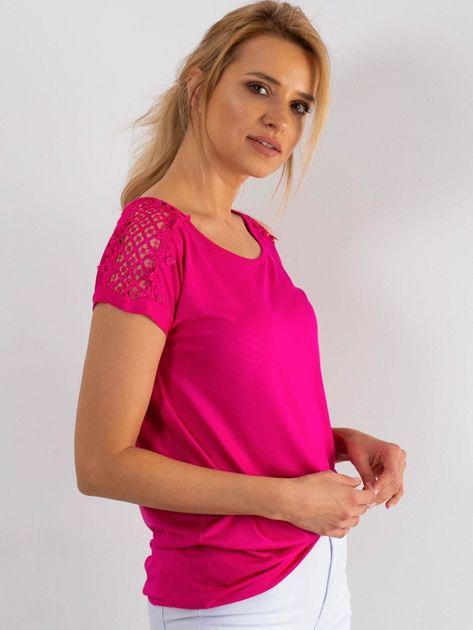 Różowy t-shirt z koronką na rękawach                              zdj.                              3