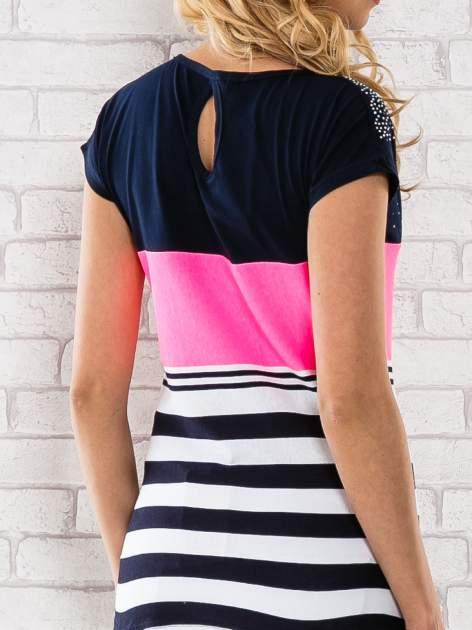Różowy t-shirt z motywem pasków i aplikacją na dekolcie                                  zdj.                                  6