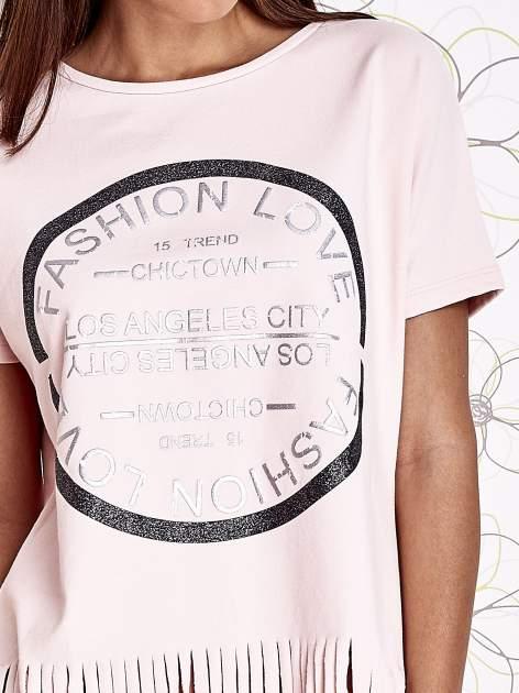 Różowy t-shirt z nadrukiem i frędzlami                                  zdj.                                  5