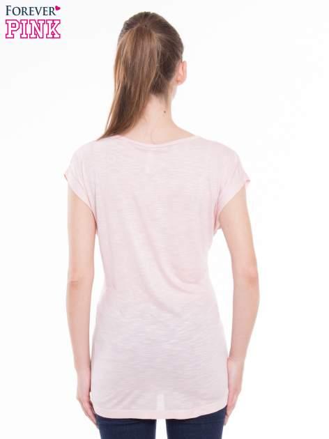 Różowy t-shirt z nadrukiem kobiety i napisem NEVER DOUBT                                  zdj.                                  3