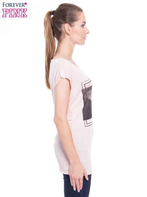 Różowy t-shirt z nadrukiem kobiety-kota                                  zdj.                                  2