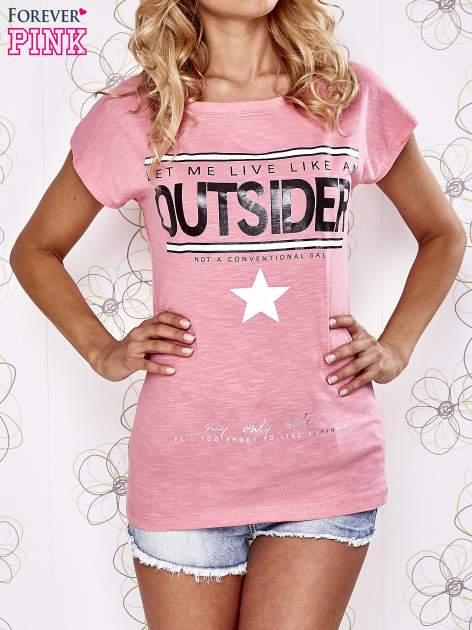 Różowy t-shirt z napisem OUTSIDER
