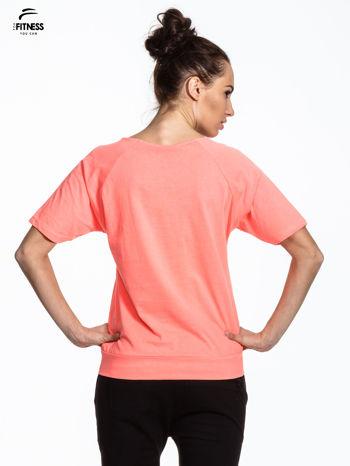 Różowy t-shirt z napisem WORKING ON A NEW ME                                  zdj.                                  3
