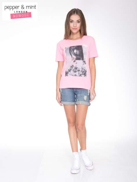 Różowy t-shirt z romantycznym nadrukiem dziewczyny                              zdj.                              5