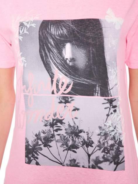 Różowy t-shirt z romantycznym nadrukiem dziewczyny                              zdj.                              6