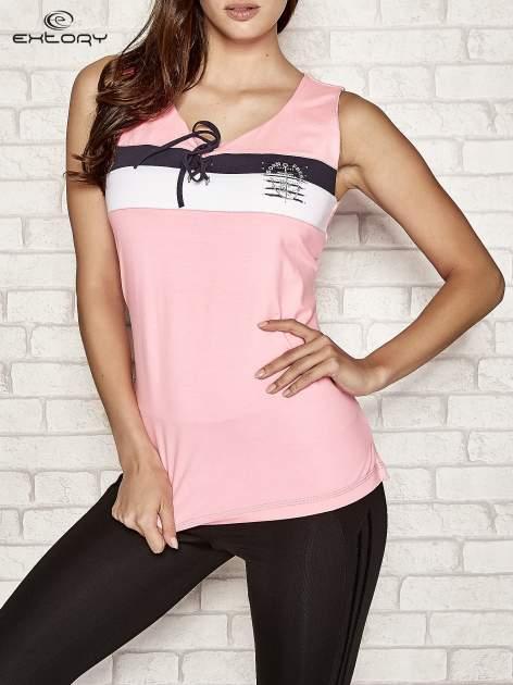 Różowy top sportowy z wiązaniem w stylu marynarskim                                  zdj.                                  1