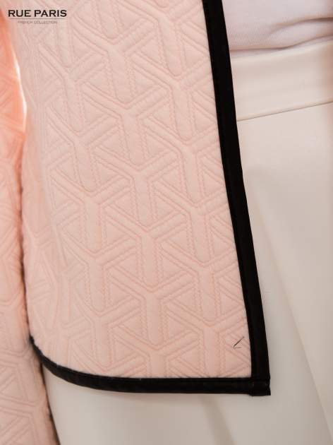 Różowy żakiet wykończony skórzaną lamówką z dzianiny wytłaczanej w geometryczny wzór                                  zdj.                                  8