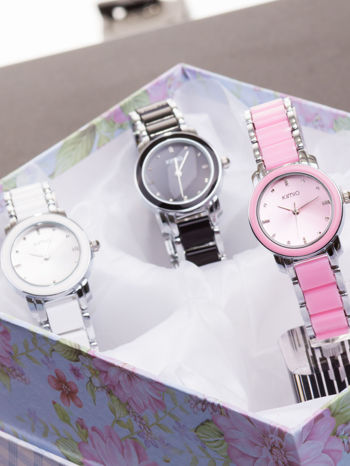 Różowy zegarek damski z cyrkoniami na bransolecie                                  zdj.                                  4