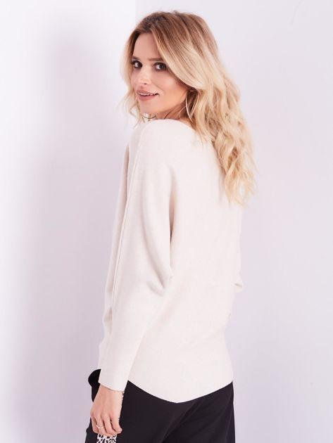 Beżowy sweter oversize z błyszczącym napisem                              zdj.                              3