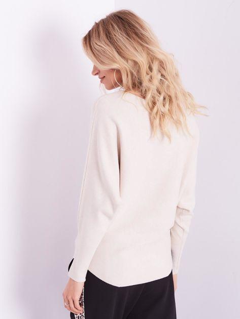 Beżowy sweter oversize z błyszczącym napisem                              zdj.                              12