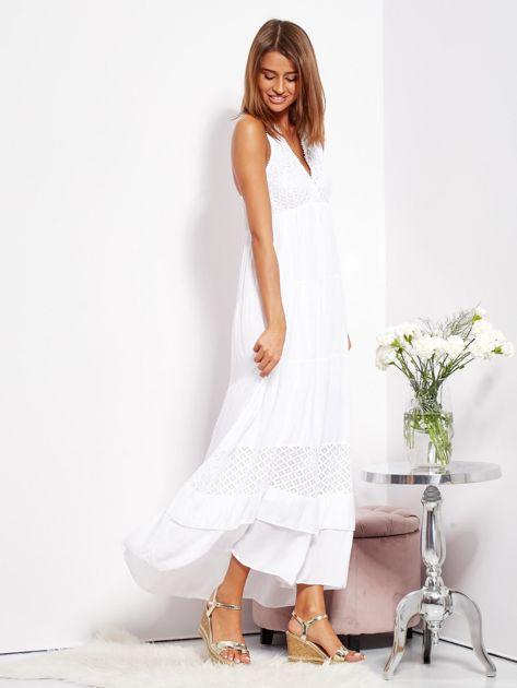 Biała sukienka maxi z koronką i wiązaniem na szyi                              zdj.                              4