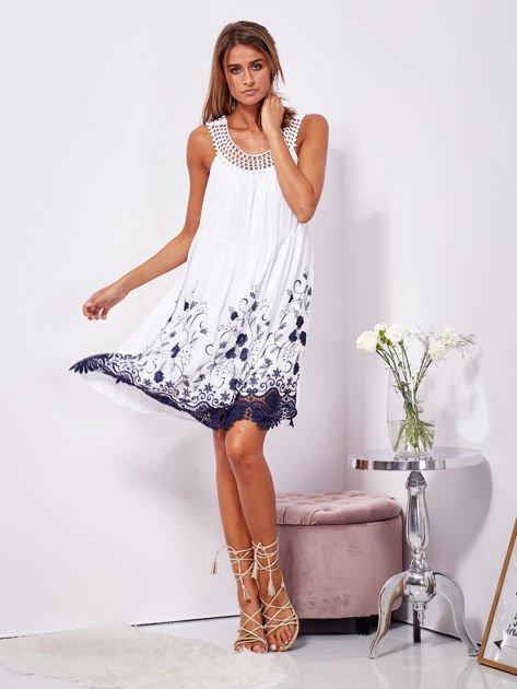 SCANDEZZA Biała sukienka midi z haftowanym wzorem                              zdj.                              4
