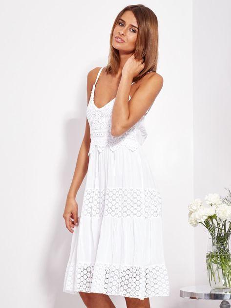 SCANDEZZA Biała sukienka na ramiączkach z koronką                              zdj.                              3