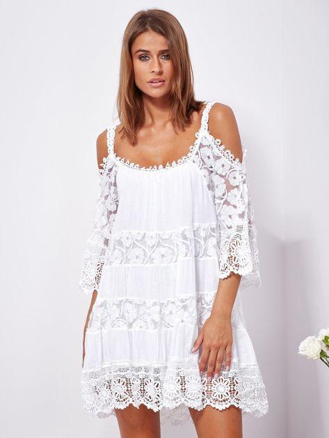 SCANDEZZA Biała trapezowa sukienka koronkowa mini                              zdj.                              1