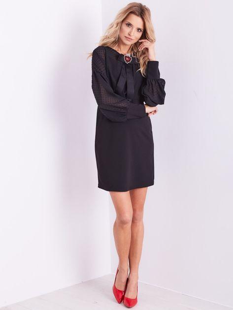 Czarna sukienka z ozdobną broszką                              zdj.                              6