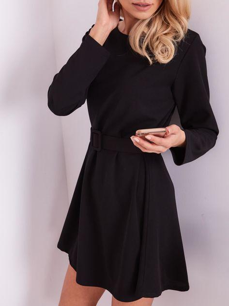 SCANDEZZA Czarna sukienka z paskiem                              zdj.                              1