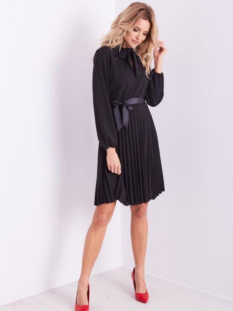 Czarna sukienka z wiązaniami                              zdj.                              11