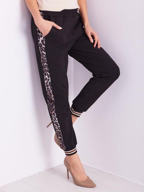SCANDEZZA Czarne spodnie dresowe z lampasami                              zdj.                              2