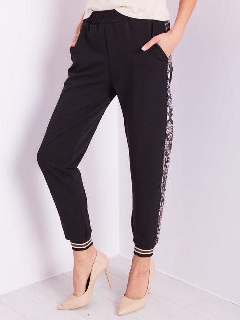 Czarne spodnie z wężowym lampasem                              zdj.                              3
