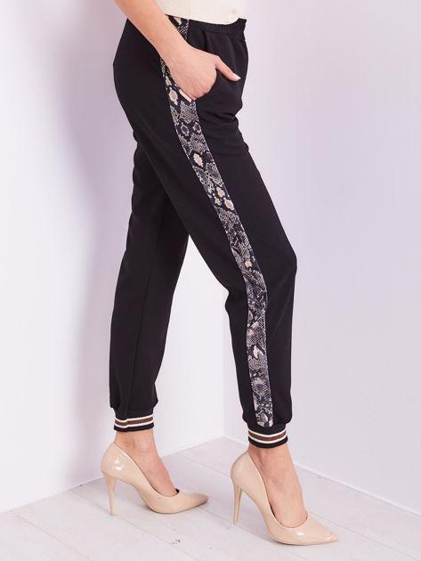 SCANDEZZA Czarne spodnie z wężowym lampasem                              zdj.                              5