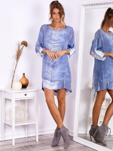 SCANDEZZA Niebieska sukienka oversize z cekinami w malarski deseń                              zdj.                              4
