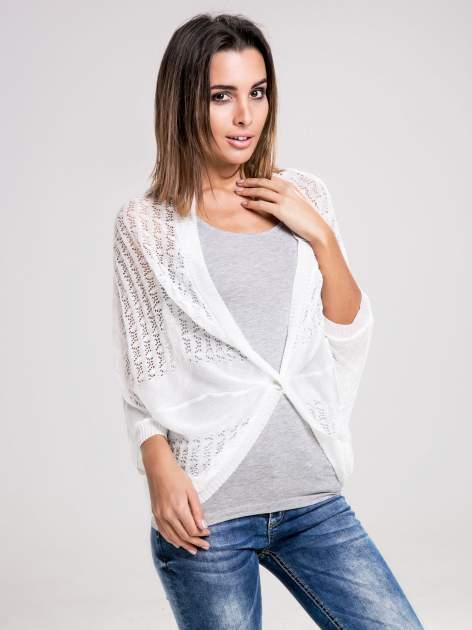 STRADIVARIUS Biały sweter narzutka z ażurowego materiału