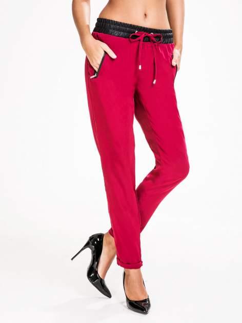 STRADIVARIUS Bordowe spodnie ze skórzanym pasem i zamkami