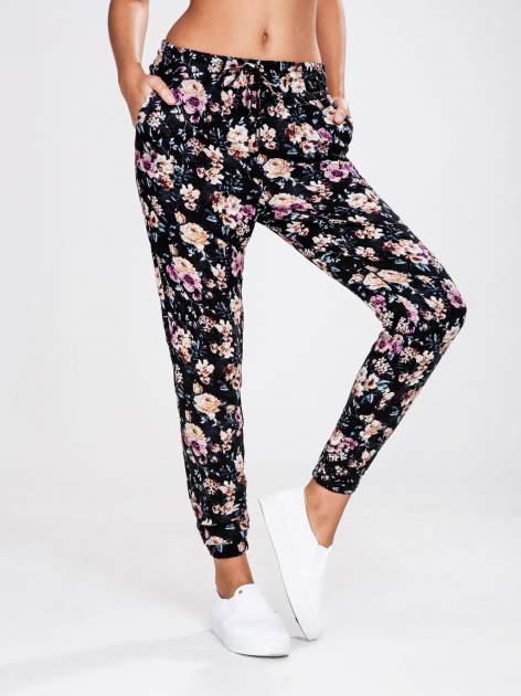 STRADIVARIUS Kwiatowe spodnie z lejącej tkaniny                                  zdj.                                  1