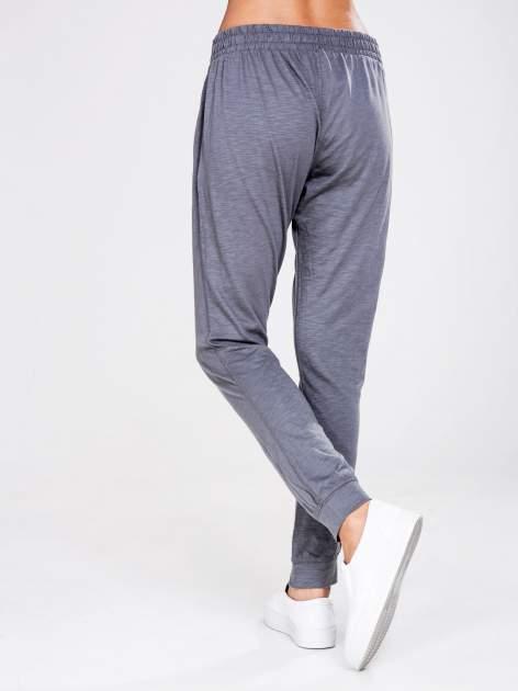 STRADIVARIUS Szare spodnie dresowe typu slim z ozdobnym pasem                                  zdj.                                  2