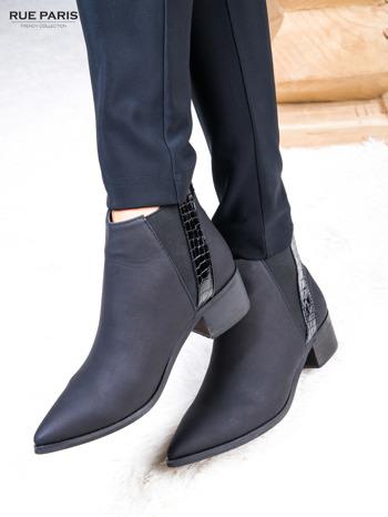 Skórzane czarne botki w szpic z lakierowaną wstawką z tłoczeniem                              zdj.                              5