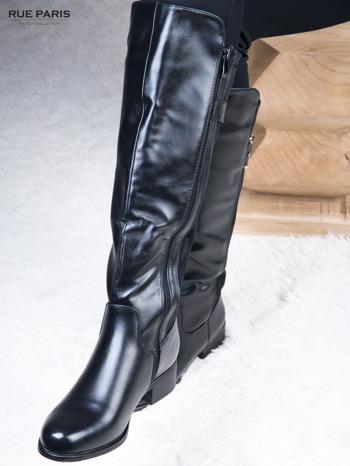 Skórzane kozaki przed kolano na klocku z elastyczną materiałową wstawką                              zdj.                              1