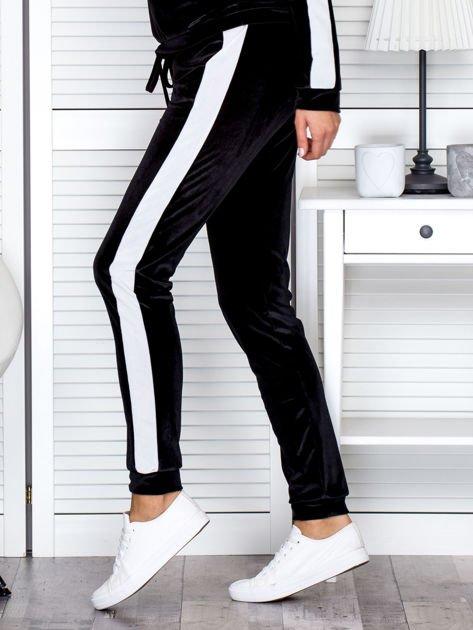 Spodnie dresowe aksamitne z jasnymi lampasami czarne                              zdj.                              3