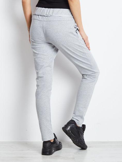 Spodnie dresowe jasnoszare z surowym wykończeniem                              zdj.                              2