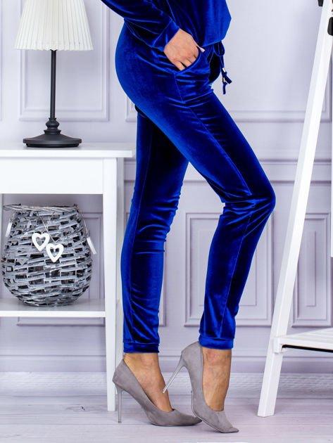 Spodnie dresowe welurowe z błyszczącymi kamyczkami niebieskie                              zdj.                              5