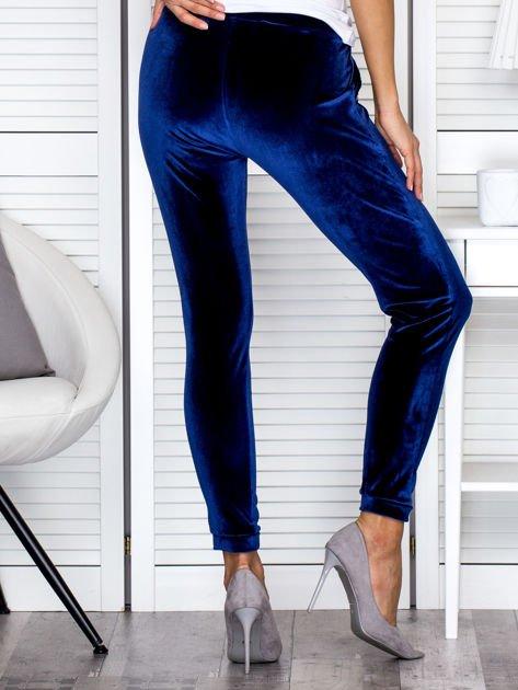Spodnie dresowe welurowe z diamencikami przy kieszeniach granatowe                              zdj.                              2