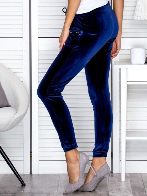 Spodnie dresowe welurowe z diamencikami przy kieszeniach granatowe                              zdj.                              5