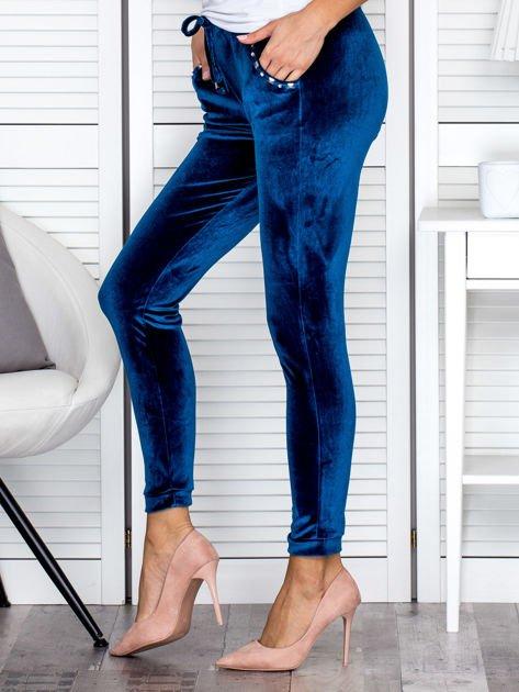 Spodnie dresowe welurowe z diamencikami przy kieszeniach turkusowe                              zdj.                              3