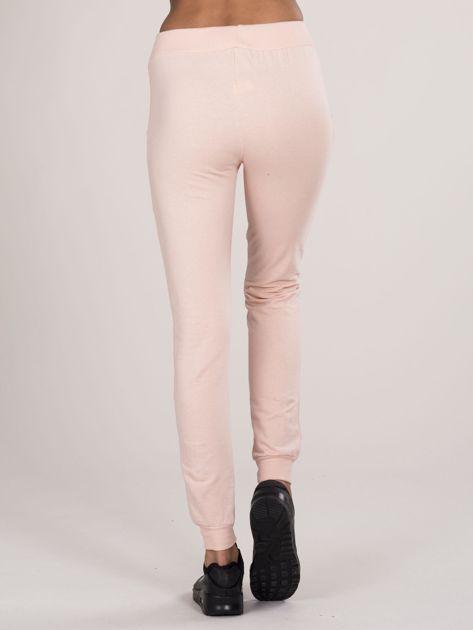 Spodnie dresowe z napisem jasnoróżowe                              zdj.                              3