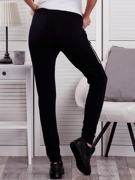 Spodnie dresowe ze wstawkami przy kieszeniach czarne                              zdj.                              2
